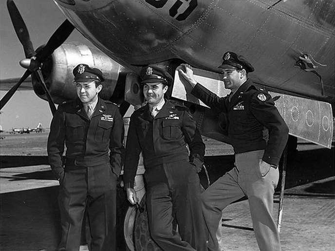 Paul Tibbets (au centre) devant le bombardier«Enola Gay» en août 1945.