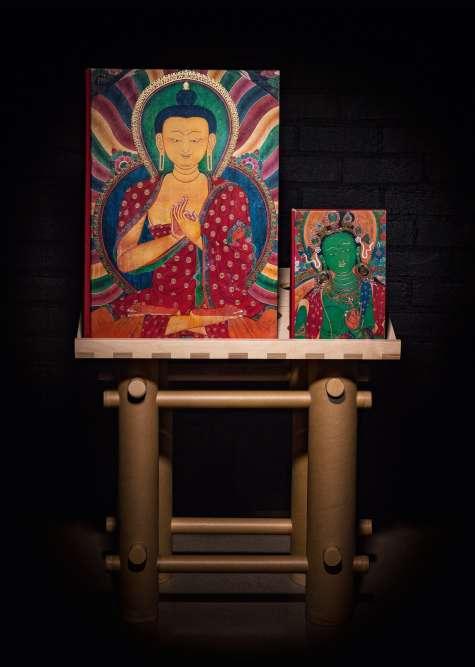 «Murals of Tibet», limité à 998 exemplaires signés par sa sainteté le 14e dalaï-lama, «format sumo» 50 x 70 cm, 498 pages dont 6 pages dépliantes, imprimé en cinq couleurs dont l'or. Lutrin conçu par l'architecte Shigeru Ban, lauréat du prix Pritzker et pionnier de l'humanitaire. Volume explicatif illustré de 528 pages en complément.Le poids du livre avec son volume explicatif et son support par Shigeru Ban pèsent 56 kilos (les deux ouvrages seuls : 33kg).