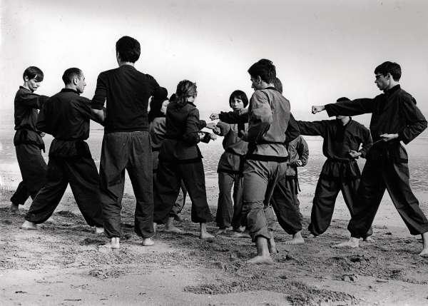 Un groupe de Vô sinhs lors d'un stage en Normandie à l'été 1969 dont faisait partie l'ancienne maoïste Ghislaine Kalman (au centre, de face).