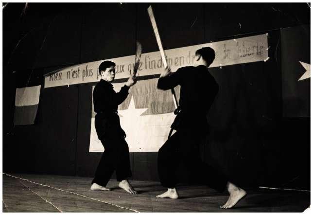 Une démonstration du maître (à gauche) au début des années1960 à l'occasion d'un rassemblement d'anciens travailleurs «indochinois».