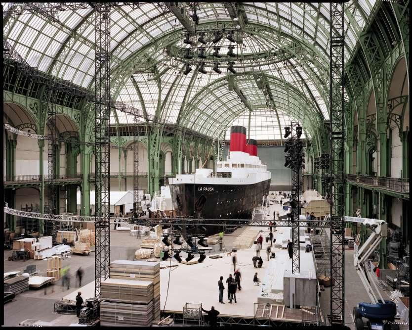 Chaque année, Chanel fait du Grand Palais à Paris l'écrin de ses défilés démesurés. Pour sa collection croisière du3mai, lacélèbre maison aimaginé uneréplique grandeur nature d'unpaquebot transatlantique.
