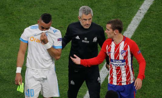Antoine Griezmann réconforte Dimitri Payet à sa sortie.
