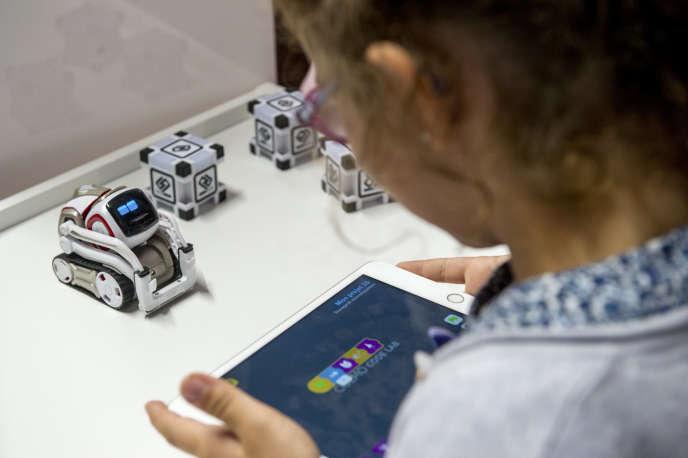 Le minirobot Cozmo, conçu pour enseigner le code aux enfants à partir de 7ans.