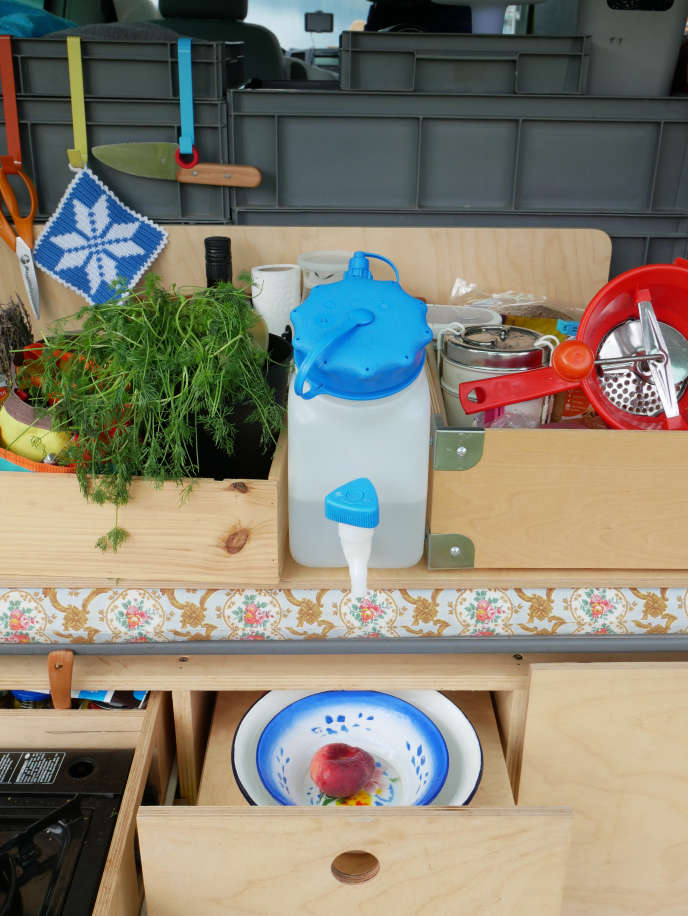 Martine Camillieri imagine une «cuisine de peu», élaborée avec des ustensiles réduits à l'essentiel.