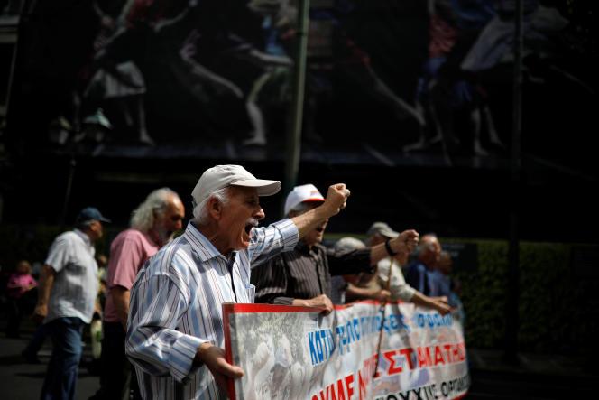Des retraités grecs manifestent contre la réforme des pensions, à Athènes, le 15 mai.