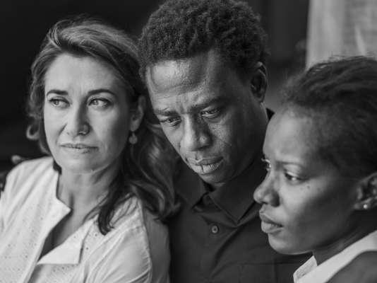 De gauche à droite : Emmanuelle Devos, Moustapha Mbengue et Marème N'Diaye sur la plage de la Quinzaine, à Cannes, le 15 mai 2018.