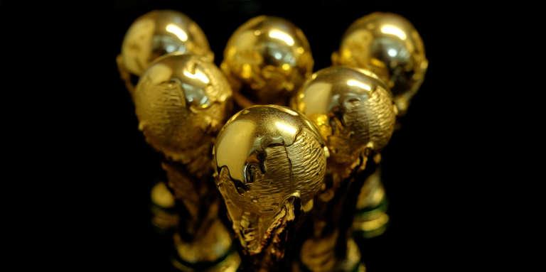 Des répliques du trophée de la Coupe du monde, en Chine, en 2018.