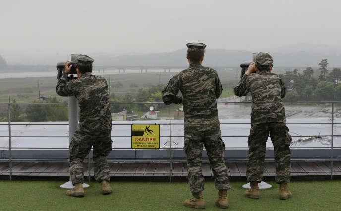 Des marins sud-coréens observent la Corée du Nord, près de Panmunjom, à la frontière entre les deux Corées, le 16 mai.