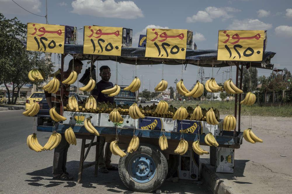 Un marchand ambulant dans une rue de Mossoul. La plupart des produits alimentaires importés viennent de la ville d'Erbil, dans le Kurdistan Irakien (région fédérale autonome d'Irak).