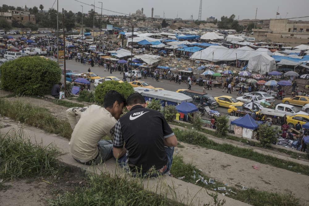 Une foule d'habitants de Mossoul et des environs envahit quotidiennement les commerces et les marchés de la ville, comme celui de Nabi Younès, du nom de la tombe du prophète Jonas, qui lui fait face et qui a été détruite par l'organisation Etat Islamique.