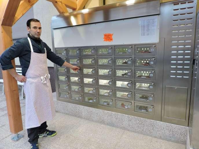 Le boucher Patrice Dorr a installé, à côté de sa boutique à Francaltroff (Moselle), un distributeur de produits carnés, en libre-service tous les jours, 24h/24. Le Distri'Dorr répond à vos envies de merguez, même la nuit.