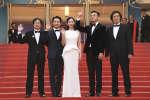 Le réalisateur Lee Chang-dong avec l'équipe de son film« Burning» pour la montée des marches à Cannes, le 16 mai 2018.