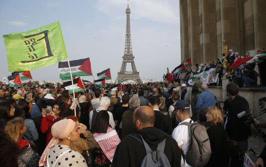 Un second rassemblement d'un millier de personnes s'est tenu le 16 mai, place du Trocadéro à Paris.