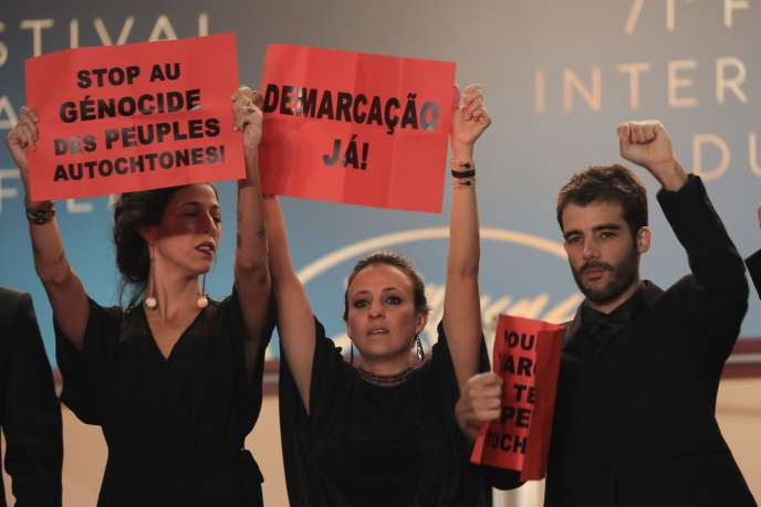 L'actualité s'invite parfois sur le tapis rouge cannois, comme ici avec l'équipe du film de João Salaviza (à droite) et Renée Nader Messora (au centre), « Les Mortset les autres » (Un certain regard), qui proteste contre le massacre des peuples autochtones, notamment au Brésil, ou ce soir (jeudi 17 mai) avec les migrants du documentaire de Michel Toesca sur Cédric Herrou,« Libre».