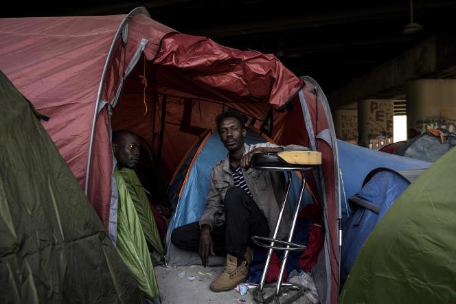 Des migrants dans leur tente sous un pont, porte de La Villette, à Paris, le 20 avril.