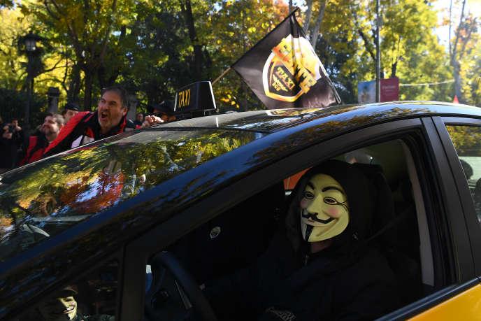 Des chauffeurs de taxi manifestent contre la concurrence de Uber et de Cabify, dans le centre de Madrid, en Espagne, le 29 novembre 2017.