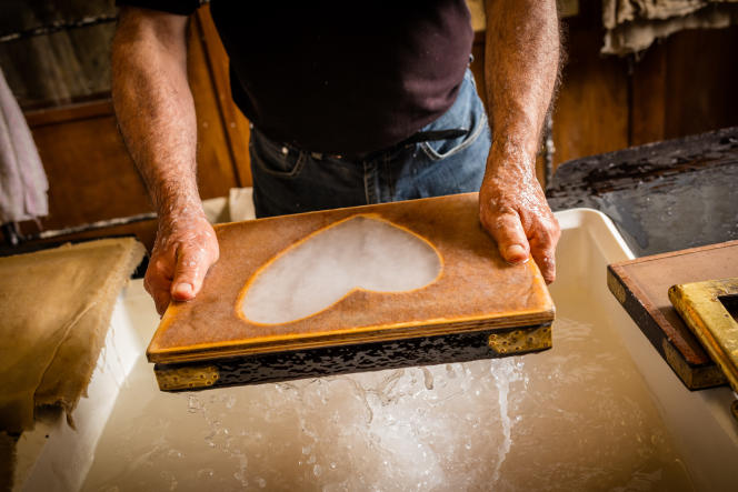 Etape de fabrication d'une feuille de papier vergé au Moulin de Brousses, dans l'Aude.
