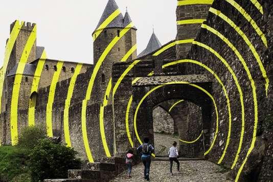 Les cercles concentriques jaunes en aluminium de Felice Varini sur les remparts de Carcassonne.