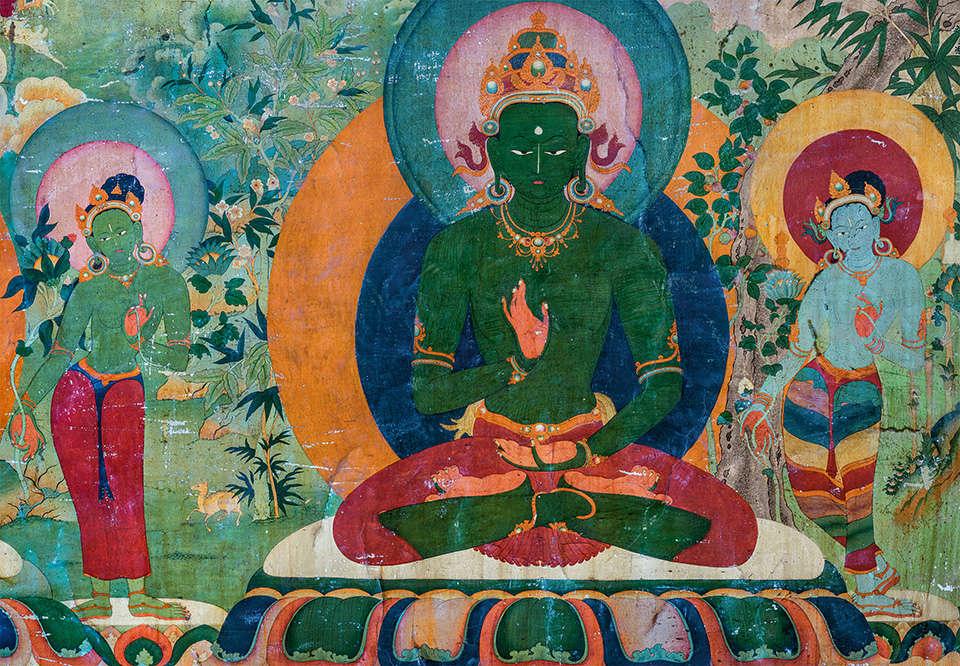 «Amoghasiddhi, seigneur de la famille d'action, Bouddha du Nord, comme toujours représenté en vert, symbolise l'activité illuminée. Il est flanqué de deux gardiens bodhisattva. »