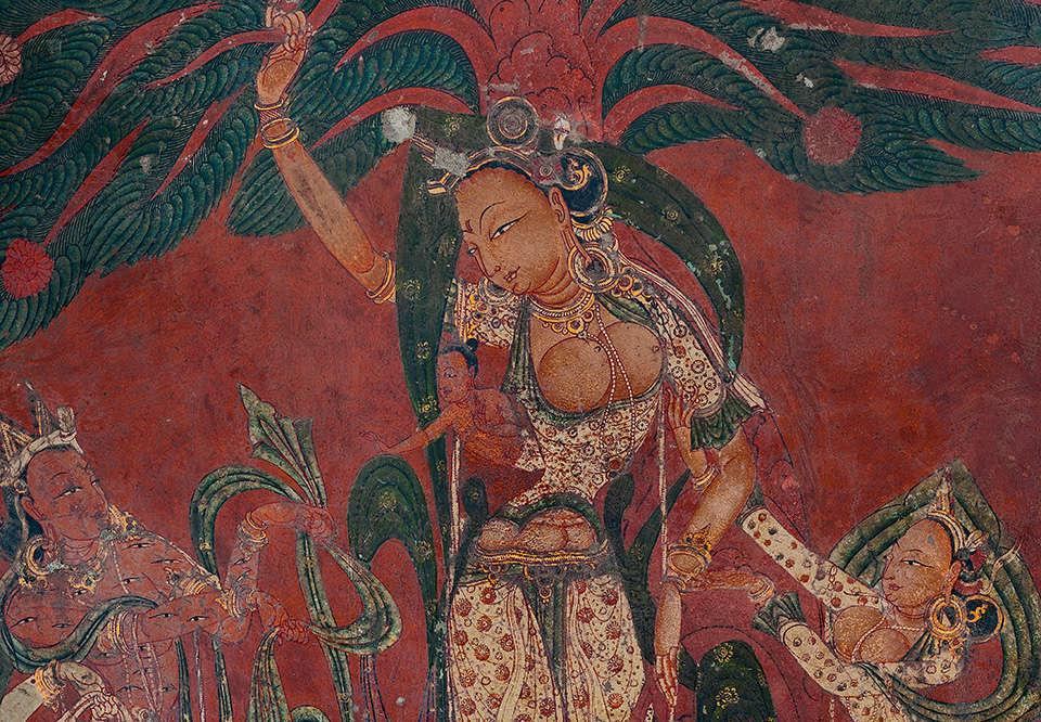 «La reine Maya Devi, qui porte un habit de style kasmerian, bien ajusté, donne naissance au futur Bouddha à l'âge de 50 ans. Sur cette représentation, on la voit s'accrocher à la branche d'un arbre pendant que Bouddha sort de son flanc (probablement par césarienne). En bas de l'image à gauche, le dieu Indra, reconnaissable aux nombreux yeux couvrant son corps, s'appelle le Mille-Yeux. De l'autre côté de Maya, l'une de ses dames l'aide à l'accouchement. »