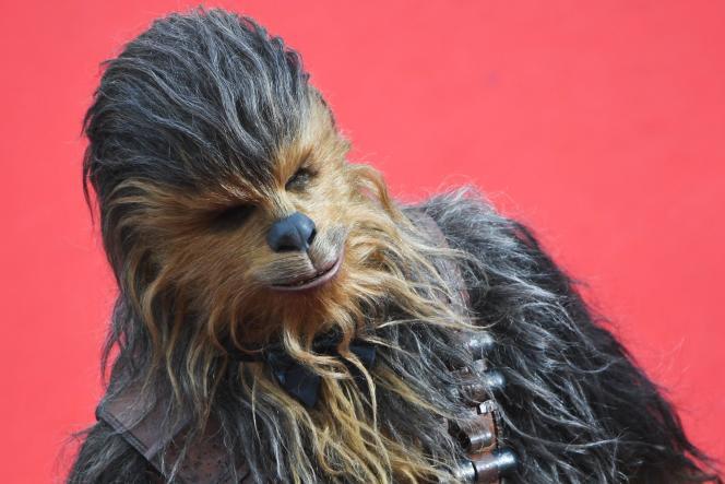Le personnage de Chewbacca lors de la montée des marches pour le film de Ron Howard au 71e festival de Cannes, le 15 mai 2018.