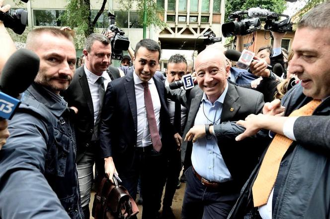 Luigi Di Maio (au centre), chef de file du Mouvement 5 étoiles, arrive pour un meeting avec son homologue de la Ligue, Matteo Salvini, à Milan (Italie), le 13 mai 2018.