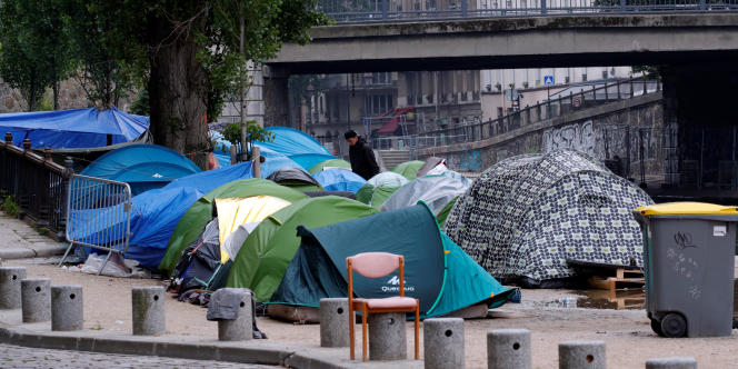 Des tentes installées par des migrants le long du quai de Jemmapes, à Paris, le 15 mai.