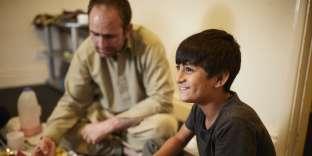 Wali Khan Norzai, 9 ans, et son père Said, 40 ans, dans leur chambre à Derby, à 200 km de Londres. Ils sont partis d'Afghanistan avec la mère de Wali et ses six frères et soeurs. Ils sont arrivés en Grande-Bretagne à deux, en raison d'un drame lors du passage de la frontière entre l'Iran et la Turquie.