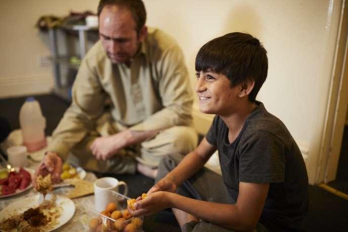 Wali Khan Norzai, 9 ans, et son père Said, 40 ans, dans leur chambre à Derby, à 200 km de Londres.