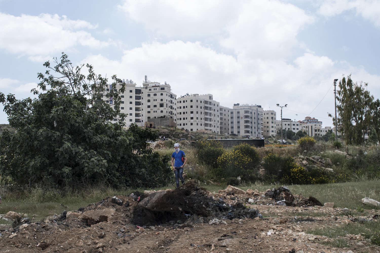 Un manifestant observe le rassemblement devant la colonie israélienne de Beit El, lieu de confrontation habituel.