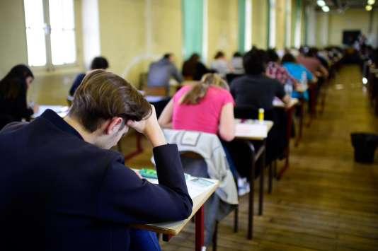 Des lycéens composent lors de l'épreuve de philosophie du baccalauréat, en juin 2015.