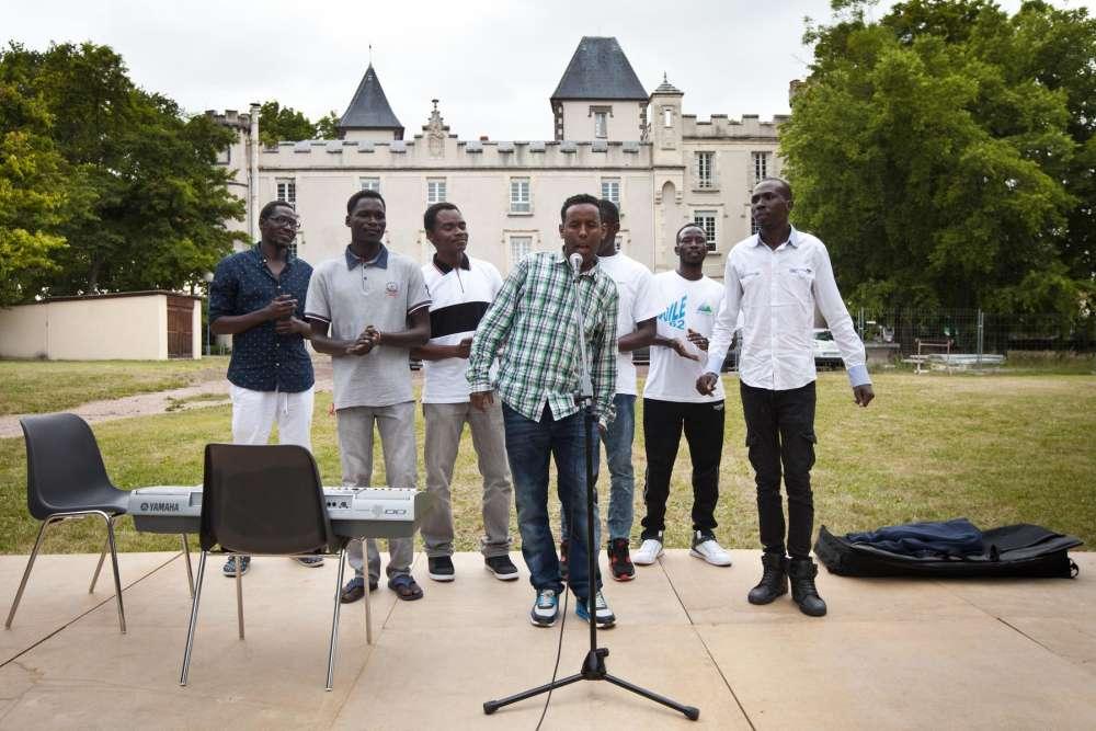 Les Soudan Célestin Music chantent a cappella sur des musiques soudanaises sur la scène du Château de Pessat-Villeneuve.