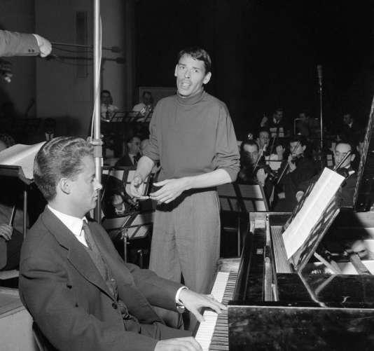 Gérard Jouannest et Jacques Brel, lors d'une séance d'enregistrement de plusieurs chansons, le 22 février 1961 à Paris.