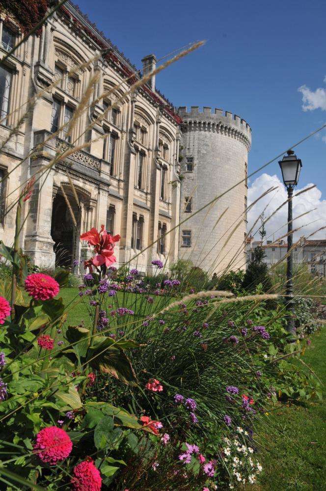 La tour Marguerite, vestige du château des Valois du XVe siècle.