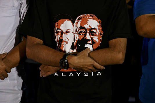 A Kuala Lumpur, mercredi 16 mai. Sur le tee-shirt, Anwar Ibrahim (à gauche)et Mahathir Mohamad.