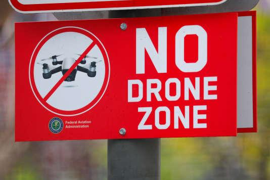 Un panneau signalant l'interdiction de faire voler un drone près deSan Diego, en Californie.