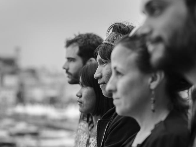 De droite à gauche : Vitor Aratanha, Renée Nader Messora, Henrique Ihjac Kraho, Koto Kraho et João Salaviza sur l'une des terrasses du Palais des festivals à Cannes, le 16 mai 2018.