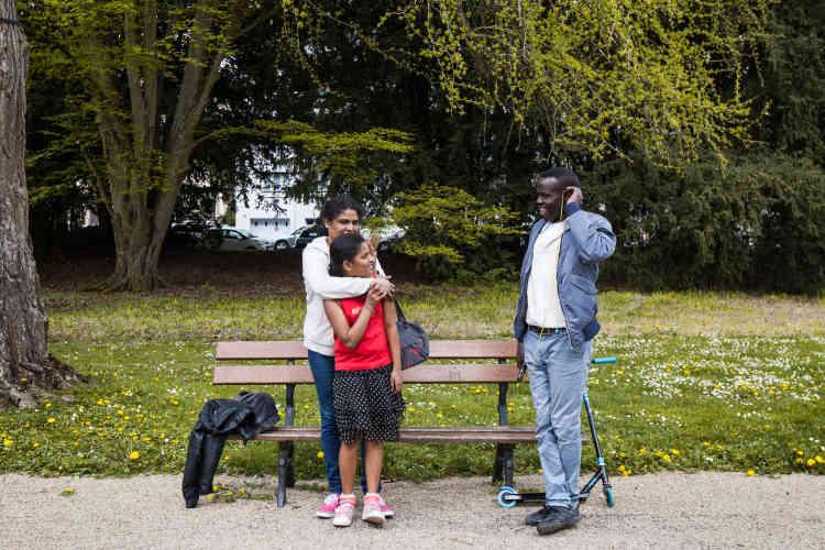Khamis, réfugié soudanais résidant au foyer Adoma de Vichy, et ami des Soudan Célestins Music, passe son dimanche après-midi au parc Napoléon III de Vichy avec Chaptika et sa maman, deux réfugiées originaires du Sri Lanka, également résidentes du foyer Adoma.