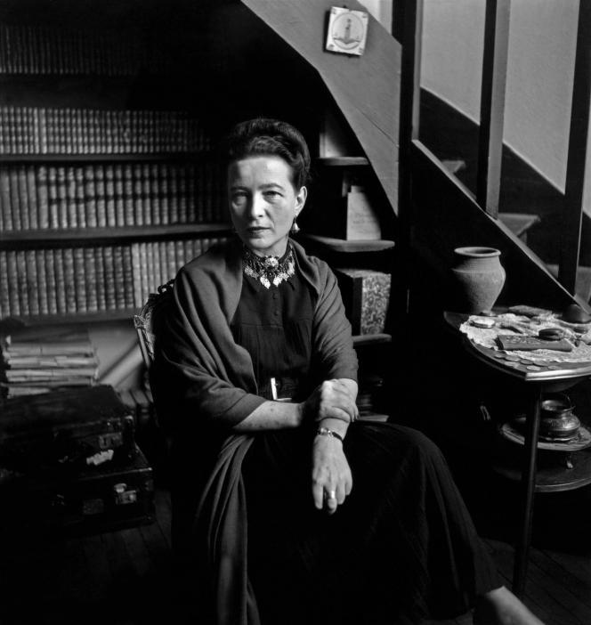 Simone de Beauvoir chez elle, à Paris, en 1949.