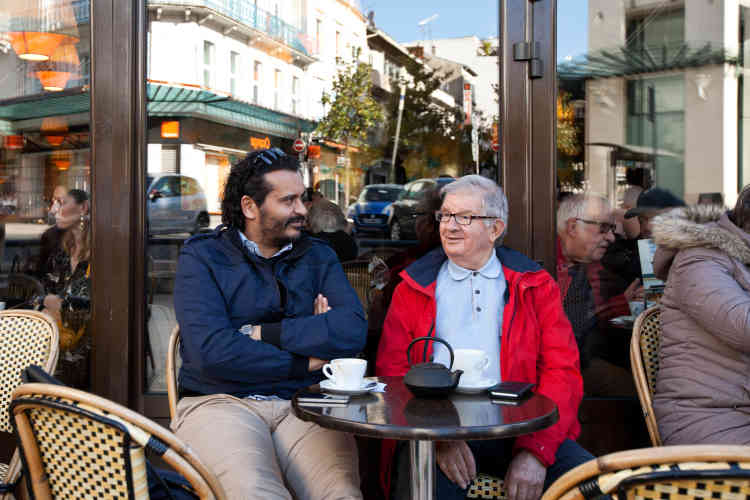 Adel et Michel Pourieux, ancien médecin à la retraite et également bénévole au Secours, prennent un café en fin de journée, après leur permanence au sein de l'association.