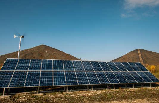 Des panneaux photovoltaïques à Loos-en-Gohelle (Pas-de-Calais), en novembre 2016.