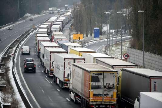Des camions près de Tours, en mars.