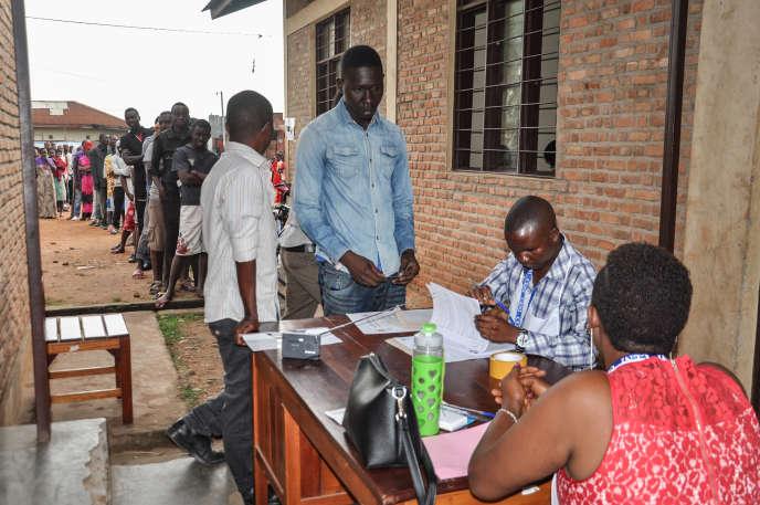 A Bujumbura, des Burundais commencent à voter jeudi 17 mai sur une vaste révision constitutionnelle destinée à renforcer le pouvoir du président Nkurunziza.