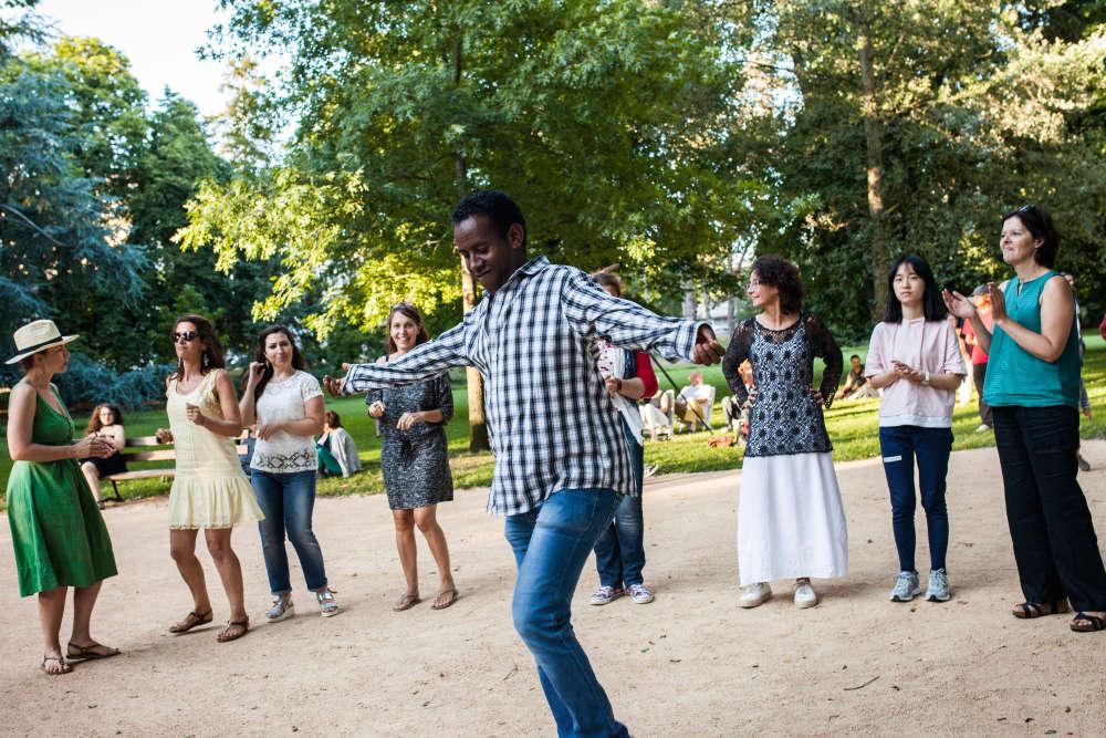 Boklyn danse lors d'un concert des Soudan Célestins Music, dans le parc des Bourrins, le soir de la fête nationale du 14 juillet.