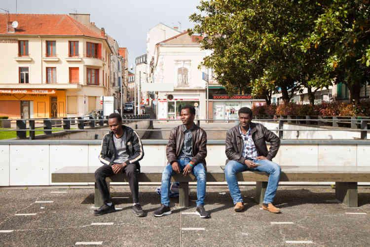 Des résidents du foyer Adoma et amis des Soudan Célestins Music, sur la place Charles de Gaulle.