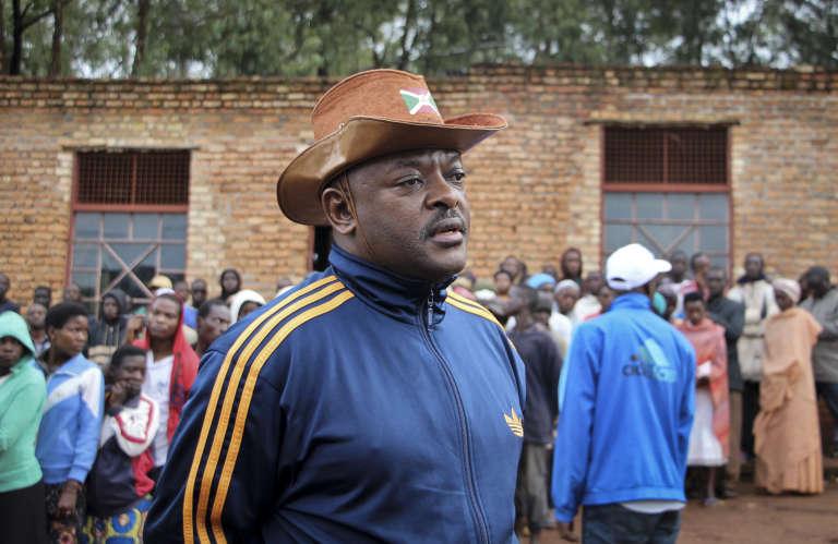 Agé de 54ans, Pierre Nkurunziza est un ancien professeur de sport qui a combattu dans les rangs des Forces de défense de la démocratie pendant la guerre civile. Il appartient à la majorité hutue. Il est arrivé au pouvoir en2005, à la fin du conflit qui a fait 300 000 morts.