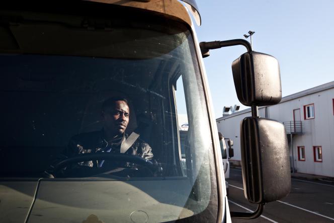 Ahmed, au volant lors desa formation initiale minimum obligatoire de 140 heures (11 heures de conduite et des cours sur la réglementation sociale de la profession).