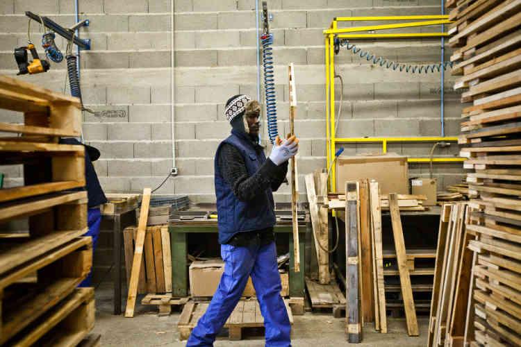 Son travail consiste à collecter, trier, réparer et réemployer des palettes de bois.