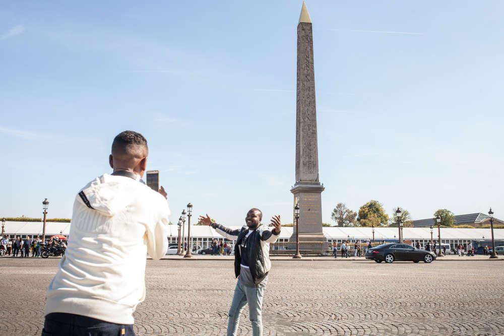 Mustafa pose sur la place de la Concorde, après leur ballade sur l'avenue des Champs Elysées, le lendemain du concert que les Soudan Célestins Music ont donné au Festival Culture au quai.
