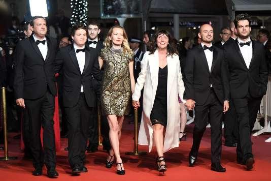 Les membres du jury de la Queer Palm 2018, de gauche à droite : son fondateur Franck Finance-Madureira ; le réalisateur Morgan Simon ; l'actrice Dounia Sicho ; la productrice et présidente de ce jury Sylvie Pialat ; le producteur Pepe Ruiloba ; le scénariste Boyd van Hoeij, lors de la montée des marches du film de Yann Gonzalez,«Un couteau dans le cœur», au 71e Festival de Cannes, le 17 mai.